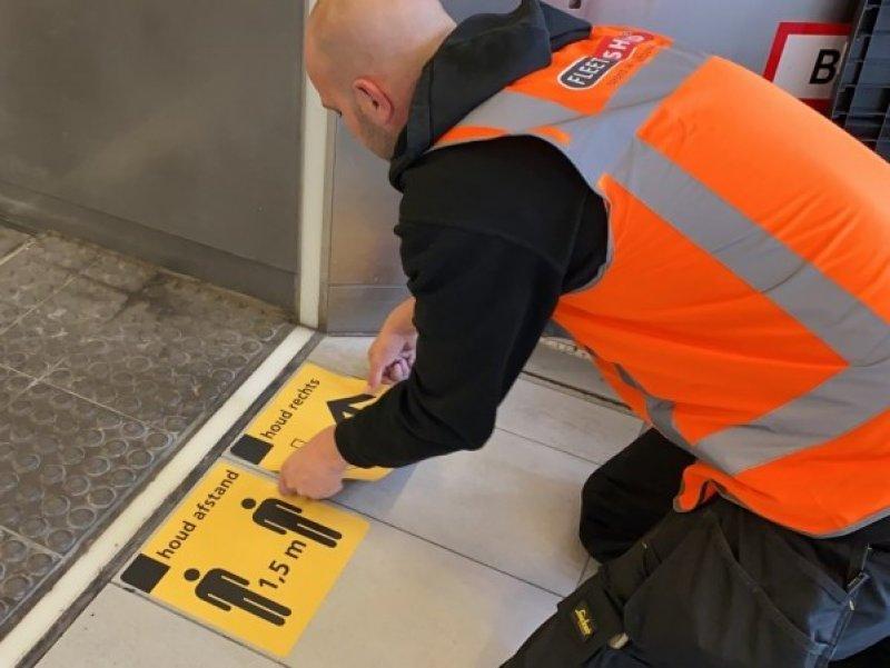 Op de stations worden opvallend gele stickers aangebracht (Foto: NS)